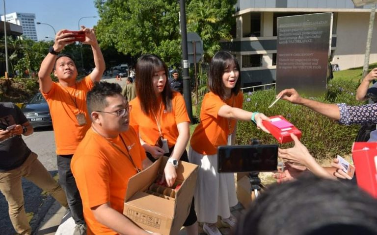 Xiaomi Malaysia hands out free power banks to journalists in front of Istana Negara