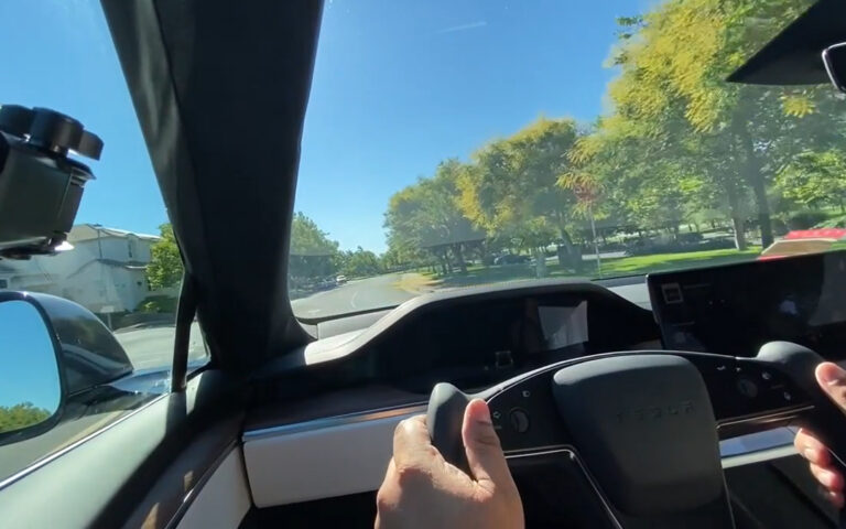 New video of Tesla Model S shows just how awful the yoke steering wheel is